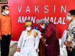 jokowi-saat-meninjau-vaksinasi-massal-di-puskesmas-getengan-kecamatan-mengkendek.jpg
