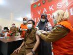 juru-bicara-satgas-penanganan-covid-19-kota-palopo-dr-ishaq-iskandar-saat-menerima-vaksin.jpg