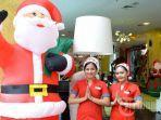 karyawan-berpose-di-depan-ornamen-natal-di-area-lobby-hotel-karebosi-condotel.jpg