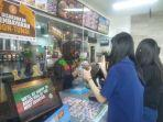 karyawan-burger-king-hasanuddin-makassar-memberikan-pelayanan-dengan-bahasa-isyarat.jpg