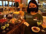 karyawan-hotel-memperlihatkan-menu-all-you-can-eat-di-lantai-3-the-rinra-hotel-1.jpg