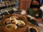 karyawan-hotel-memperlihatkan-menu-all-you-can-eat-di-lantai-3-the-rinra-hotel-3.jpg
