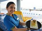 karyawan-karebosi-condotel-memperlihatkan-makanan-ringan-berupa-samosa.jpg