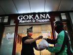 karyawan-melayani-transaksi-takeaway-delivery-14084-di-gokana-ramen-1.jpg