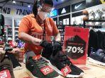 karyawan-merapikan-sepatu-olahraga-dan-perlengkapan-olahraga-lainnya-1.jpg