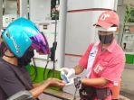 karyawan-spbu-menyemprotkan-hand-sanitizer-bagi-konsumen.jpg