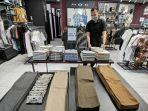 karyawan-tenant-moc-merapikan-koleksi-pakaian-edisi-ramadhan-di-mal-ratu-indah-mari-1.jpg
