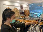 karyawan-tenant-tengah-membenahi-pakaian-yang-terdisplay-1262021.jpg