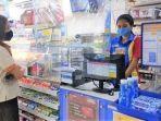 kasir-indomaret-sedang-melayani-pelanggan-2182021.jpg