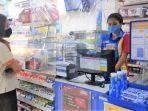 kasir-indomaret-sedang-melayani-pelanggan-3172021.jpg
