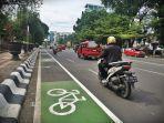kendaraan-melintas-di-samping-jalur-khusus-sepeda-di-kawasan-jalan-jendral-sudirman-2.jpg