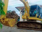 kepala-seksi-kesiapsiagaan-bpbd-sinjai-syamsul-ahmad-membantu-operator-escavator.jpg