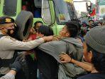 kericuhan-warnai-aksi-unjuk-rasa-ratusan-mahasiswa-di-batas-kota-makassar-gowa-kamis-8102020.jpg