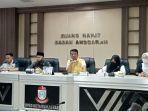 ketua-komisi-d-abdul-wahab-tahir-tengah-saat-memimpin-rapat-persiapan-ppdb.jpg
