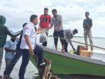 ketua-pmi-kabupaten-takalar-haji-dede-membagikan-disinfektan-kepada-sejumlah-nelayan.jpg