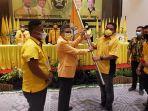 ketua-terpilih-dpd-ii-partai-golkar-kota-makassar-munafri-arifuddin-menerima-bendera-partai-golkar.jpg