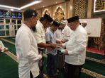 ketua-yayasan-mesjid-agung-dr-dr-hm-syafruddin-nurdin-membagikan-buku-kaidah-baghdadiyah.jpg