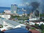 kondisi-terkini-jayapura-demo-berakhir-rusuh-massa-lempari-hotel-hingga-kantor-telkom-dibakar.jpg