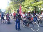 konvoi-dalam-rangka-karnaval-kemerdekaan-oleh-komunitas-sepeda-tua-makassar-jl-jenderal-sudirman.jpg