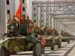 konvoi-kendaraan-lapis-baja-pasukan-uni-soviet-melintasi-jembatan-di-perbatasan-soviet-afghanistan.jpg