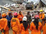 korban-yang-tertimpa-runtuhan-bangunan-di-jl-abd-wahab-asazi-mamuju.jpg
