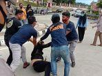 lima-pengunjuk-rasa-di-depan-kantor-gubernur-sulawesi-barat-diamankan-di-mapolresta-mamuju.jpg