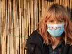 llustrasi-wanita-pakai-masker-untuk-terhibndar-dari-virus-corona-covid-19.jpg