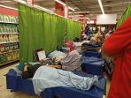 lotte-mart-panakkukang-bersama-pmi-kota-makassar-menggelar-donor-darah.jpg