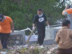 lukman-membersihkan-sampah-di-tamo-kelurahan-baurung.jpg