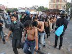 mahasiswa-diamankan-polisi-saat-melakukan-aksi-di-depan-gedung-dprd-sulsel.jpg