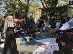 mahasiswa-melakukan-aksi-demonstran-di-depan-gedung-dprd-jeneponto-kamis-22102020.jpg
