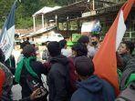mahasiswa-saling-dorong-pihak-keamanan-di-jl-poros-polewali-mamasa.jpg
