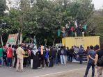 mahasiswa-unjuk-rasa-di-jalan-lanto-dg-pasewang-kelurahan-empoang-kecamatan-binamu.jpg