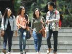 mahasiswa-yang-berjalan-selepas-kuliah.jpg