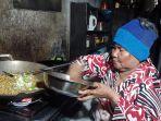 maria-daeng-lummu-sedang-memasak-mie-untuk-pelengkap-menu-nasi-kuningnya.jpg