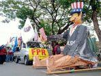 maskot-raksasa-imperialisme-dihadirkan-peserta-aksi-di-depan-gedung-dprd-sulsel.jpg
