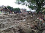 material-lumput-dan-kayu-menutupi-badan-jalan-pasca-banjir-bandang-luwu-utara.jpg
