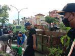 membersihkan-saluran-air-di-jalan-tumanurung-sungguminasa-gowa-jumat-752021.jpg