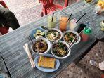 menu-baru-varian-mie-campur-daging-udang-jamur-dan-roti-bakar-telur-gulung.jpg