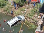 mobil-minibus-terjatuh-ke-sungai-sarroangin-selasa-5102021.jpg