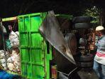 mobil-truk-yang-mengangkut-10-ton-tire-terbalik-di-kabupaten-bantaeng-akibat-ban-meletus.jpg