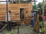 muslim-muchtar-meninjau-rumah-warga-desa-sukaraya-kecamatan-bone-bone.jpg