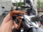 nasri-saat-mengerjakan-kunci-sebuah-sepeda-motor-selasa-15122020.jpg