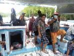 nelayan-telah-tiba-di-desa-tongke-tongke-dan-berkumpul-dengan-keluarganya-setelah-tiba.jpg