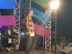 nurdin-abdullah-saat-menutup-festival-pinisi-9-di-bira_20180917_103029.jpg
