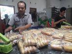 owner-aroma-bakery-dg-haris-mensortir-roti-yang-siap-dijual.jpg
