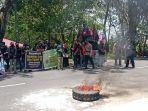 para-buruh-yang-tergabung-dalam-serikat-buruh-seluruh-indonesia-kabupaten-wajo.jpg