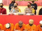 para-pelaku-mengenakan-rompi-tahanan-orange-saat-polres-pasangkayu-merilis-kasus-rudapaksa.jpg