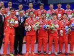 para-pemain-tim-piala-thomas-indonesia-baju-merah-berpose-setelah-menerima-medali-1.jpg