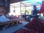 pedagang-di-pasar-sentral-sinjai-sedang-melayani-penjual.jpg